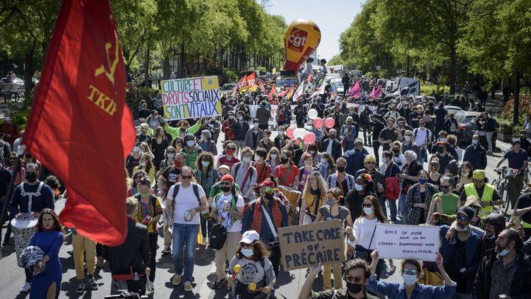 Une manifestation contre la réforme de l'assurance-chômage, le 23 avril 2021, à Paris. (JACOPO LANDI / AFP)