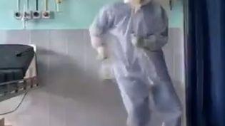 Arup Senapati, chirurgien indien vu près de 6 millions de fois sur les réseaux sociaux en train de danser. (CAPTURE D'ECRAN TWITTER)