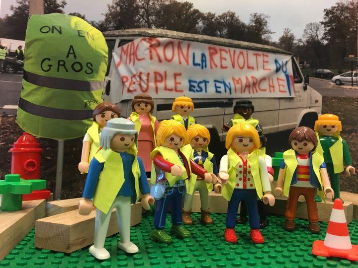 """Les """"gilets jaunes"""" expriment leur colère contre le gouvernement avec de nombreux slogans. (GUILLEMETTE JEANNOT / FRANCEINFO)"""