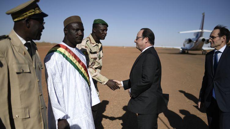 François Hollande rend visite aux troupes de l'opération Barkhane à Gao (Mali), le 13 janvier 2017   (STEPHANE DE SAKUTIN / AFP)