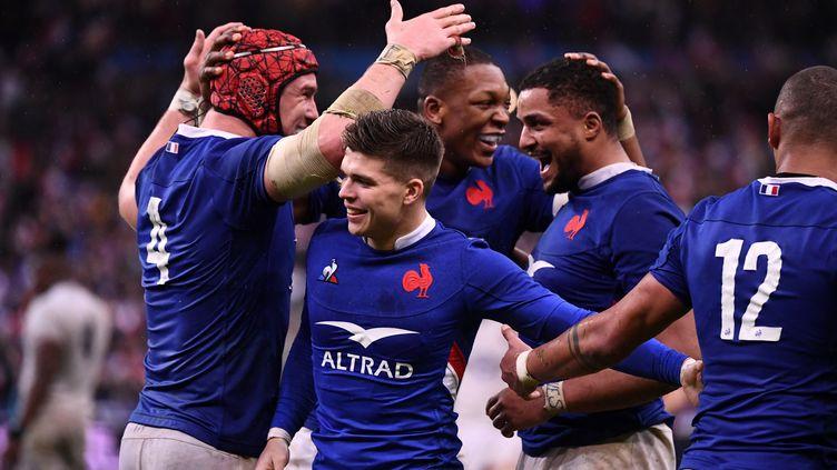 Les joueurs du XV de France se congratulent après leur victoire contre l'Angleterre, le 2 février 2020, au stade de France, à Saint-Denis. (FRANCK FIFE / AFP)