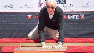 Stan Lee, lors d'une cérémonie à Hollywood en 2017. (VALERIE MACON / AFP)