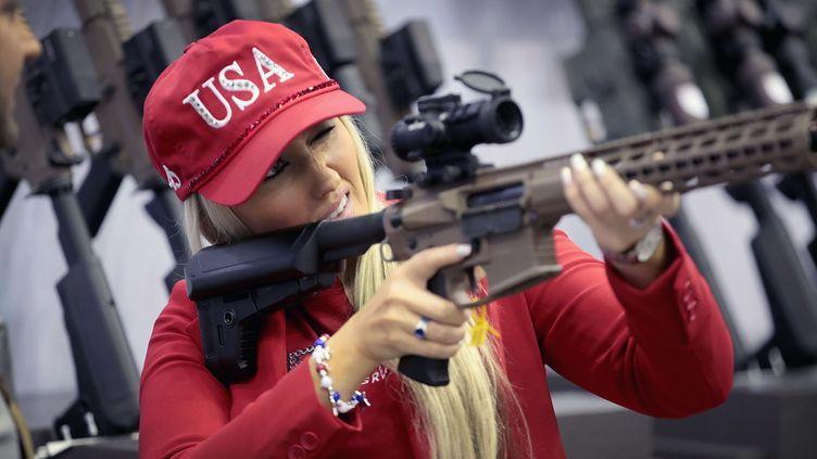 La mannequinKeleigh Glovertient un fusillors de la conventionannuelle de la NRA, le 27 avril 2019, à Indianapolis (Indiana). (SCOTT OLSON / GETTY IMAGES NORTH AMERICA)