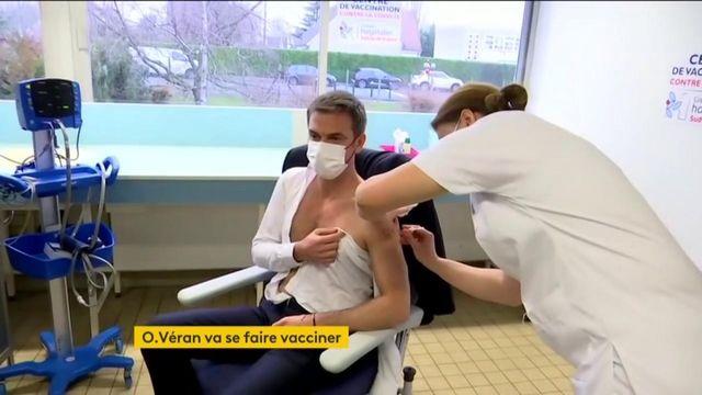 Le ministre de la Santé Olivier Véran se fait vacciner contre le Covid-19