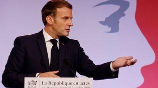 Emmanuel Macron, le 2 octobre 2020, aux Mureaux dans les Yvelines au moment de présenter les grandes lignes du projet de loi contre les séparatismes. (LUDOVIC MARIN / POOL/MAXPPP)
