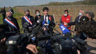 Le ministre de l'Agriculture, Julien Denormandie, s'exprime devant les médias depuis le vignoble de Vouvray (Indre-et-Loire), le 9 avril 2021. (GUILLAUME SOUVANT / AFP)