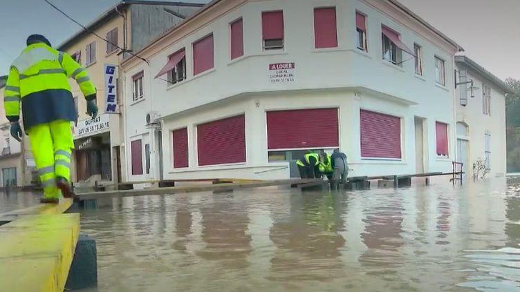 """Quatre départements sont toujours en vigilance orange """"crues et inondations"""", mercredi 30 décembre, après le passage de la tempête Bella. Les dégâts sont importants et les routes sont impraticables. (FRANCE 2)"""