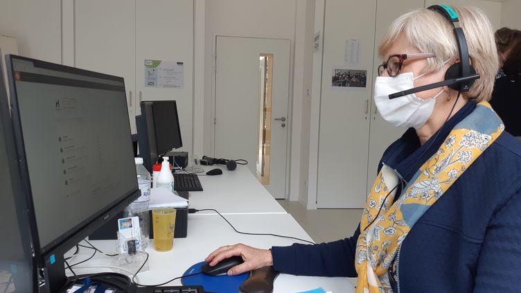 """Anne-Marie Denis, agent de la CPAM du Morbihan, appelle les habitants du département de plus de 75 ans pour leur proposer un rendez-vous """"coupe-file"""" de vaccination contre le Covid-19. (SOLENNE LE HEN / RADIO FRANCE)"""