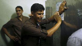 Des amis du Palestinien de 17 ans, mort après avoir été touché par des tirs israéliens, pleurent à la morgue de l'hôpital de Gaza, le 31 juillet 2015. (MOHAMMED SALEM / REUTERS)