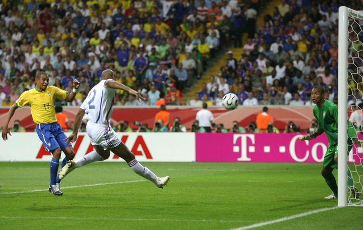 Ce coup franc face au Brésil, en quart de finale de la Coupe du monde 2006, est la seule passe décisivede Zinédine Zidane pour Thierry Henry, à Francfort (Allemagne). ( CHARLES PLATIAU / REUTERS)