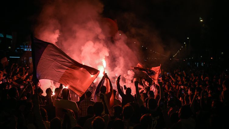 Sur les Champs-Elysées, à Paris, la fête a duré une bonne partie de la nuit. (LUCAS BARIOULET / AFP)