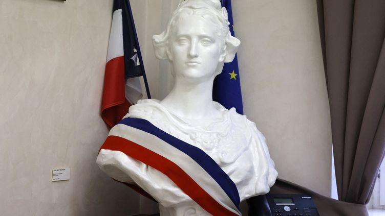 Le buste de Marianne, à la mairie d'Etaples (Pas-de-Calais) le 27 juillet 2021. (LUDOVIC MARIN / AFP)