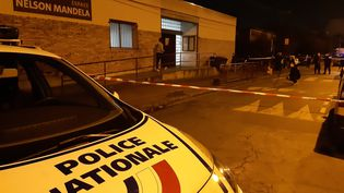 Des policiers devant la maison de quartier où un jeune garçon de 15 ans a été tué par balles,le 27 février 2021, à Bondy (Saine-Saint-Denis). (MAXPPP)