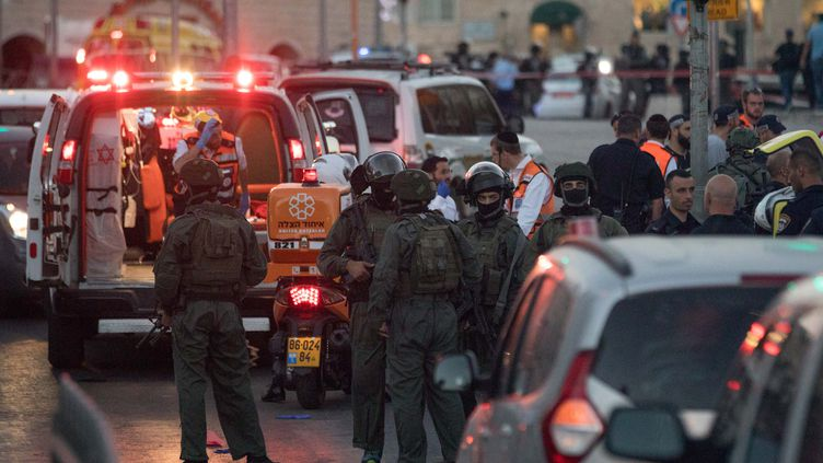Des forces de sécurité israéliennes après l'attaque meurtrière à Jérusalem qui a coûté la vie à une policière, le 16 juin 2017. (NURPHOTO / AFP)