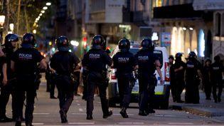 La policepatrouille sur La Rambla, à Barcelone (Espagne), où un van a foncé dans la foule le 17 août 2017. (STRINGER / REUTERS)