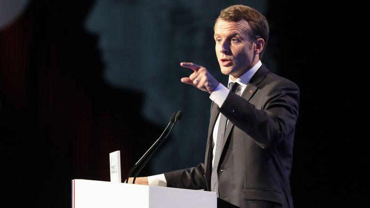Emmanuel Macron lors du100e Congrès des maires de France, jeudi 23 novembre, à Paris. (LUDOVIC MARIN / AFP)
