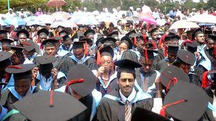 Quelques uns des 3 700 étudiants qui ont reçu leur diplôme à l'université de Nairobi, le 7 mai 2004. (Illustration) (RAMADHAN KHAMIS / MAXPPP)