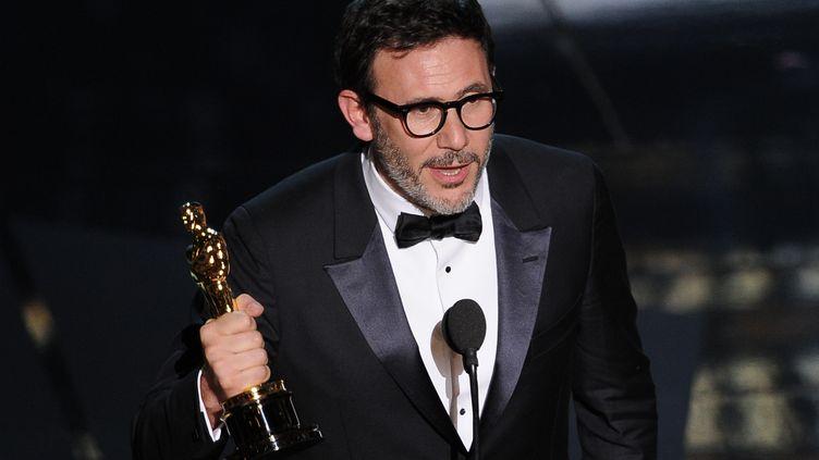 Son Oscar de meilleur réalisateur à la main, Michel Hazanavicius s'adresse au public des 84es Academy Awards, le 26 février 2012 à Hollywood (Etats-Unis). (ROBYN BECK / AFP)