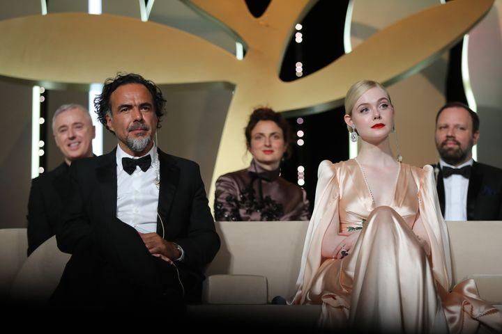Alejandro Gonzalez Inarritu,président du jury du 72e Festival de Cannes, entouré d'une partie des jurés, avec Elle Fanning à sa gauche, lors de la cérémonie d'ouverture du festival le 14 mai. (VALERY HACHE / AFP)