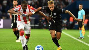 L'attaquant brésilien du PSG Neymar (à d.) se bat pour le ballon avec le défenseur de l'Etoile Rouge de Belgrade, Branko Jovicic, lors du matchde Ligue des Champions, à Paris le 3 octobre 2018. (FRANCK FIFE / AFP)