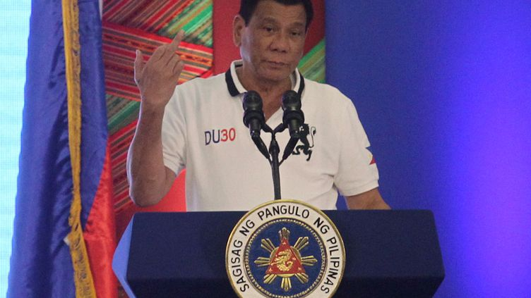 Le président philippin Rodrigo Duterte fait un doigt d'honneur à l'Union européenne, lors d'une allocution télévisée à Davao (Philippines), le 20 septembre 2016. (LEANDRO SALVO DAVAL JR / REUTERS)