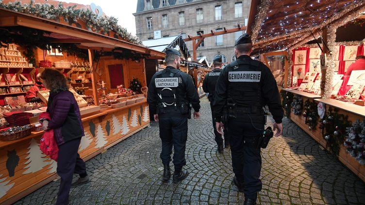 Une patrouille de gendarmes sur le marché de Noël de Strasbourg, le 24 novembre 2017. (FREDERICK FLORIN / AFP)