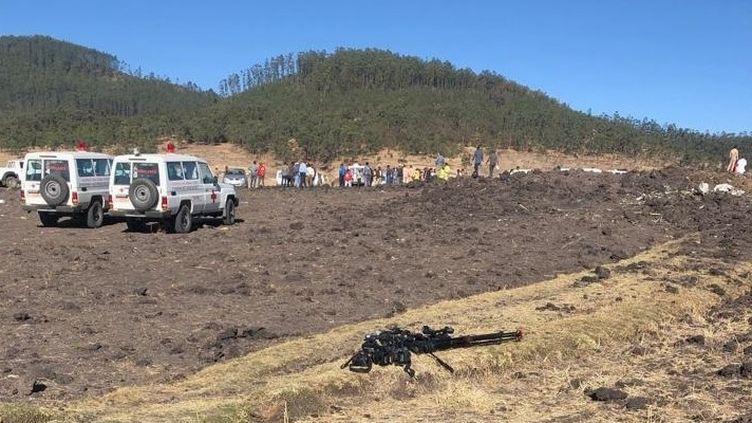 La police et les secours inspectent le terrain sur lequel s'est écrasé l'avion de l'Ethiopian Airlines avec 175 personnes à bord, dimanche 10 mars. (MOHAMMED ABDU ABDULBAQI / ANADOLU AGENCY/AFP)