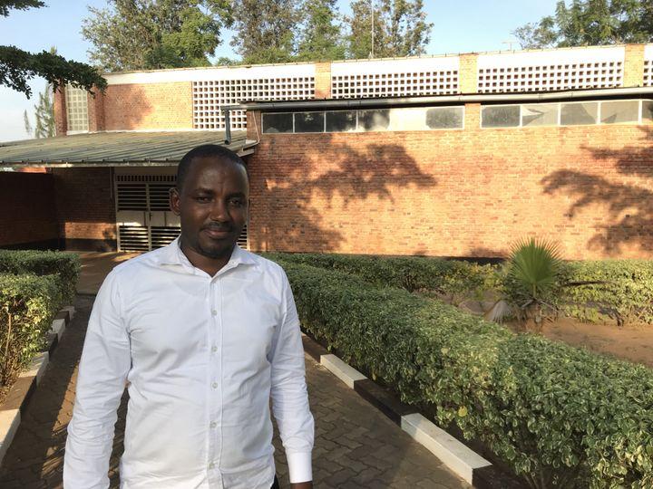 Omar Ndizeye devant l'église de Nyamata le 1er mars 2019 (JÉRÔME VAL / FRANCE-INFO)