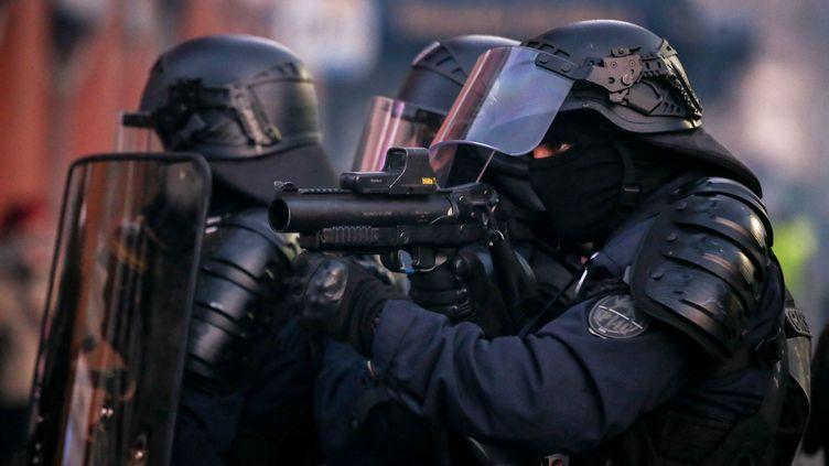 """Des CRS utilisent des lanceurs de balle de défense (LBD) lors du18esamedi de mobilisation des """"gilets jaunes"""" à Toulouse, le 16 mars 2019. (FR?D?RIC SCHEIBER / HANS LUCAS / AFP)"""