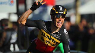 Sur les Champs-Elysées, Wout van Aert signe sa troisième victoire dans l'édition 2021 du Tour de France. (CHRISTOPHE PETIT-TESSON / EPA)