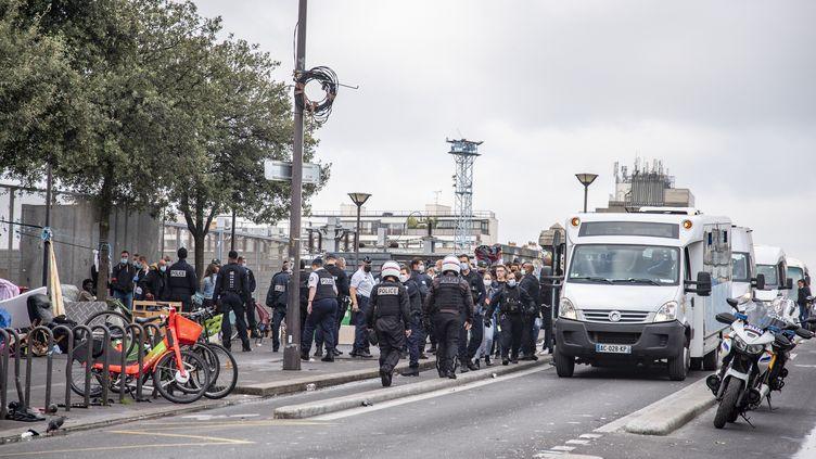 Des consommateurs de crack sont évacuésdes abords des jardins Eole, sur ordre du préfet de police de Pairs, le 24 septembre 2021. (VIRGINIE SEILLER / HANS LUCAS / AFP)