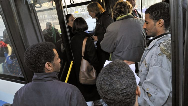 Des dizaines de demandeurs d'asile, qui s'étaient rassemblés devant la mairie d'Angers pendant plusieurs semaines, montent dans un bus, le 26 novembre2009. (AURELIEN MORISSARD / CITIZENSIDE.COM / AFP)
