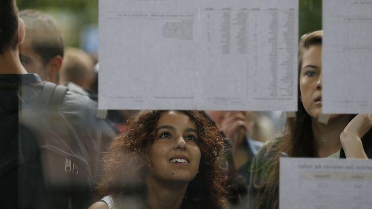 Des lycéens regardent les résultats du bac au lycée Malherbe, à Caen, le 5 juillet 2016. (CHARLY TRIBALLEAU / AFP)