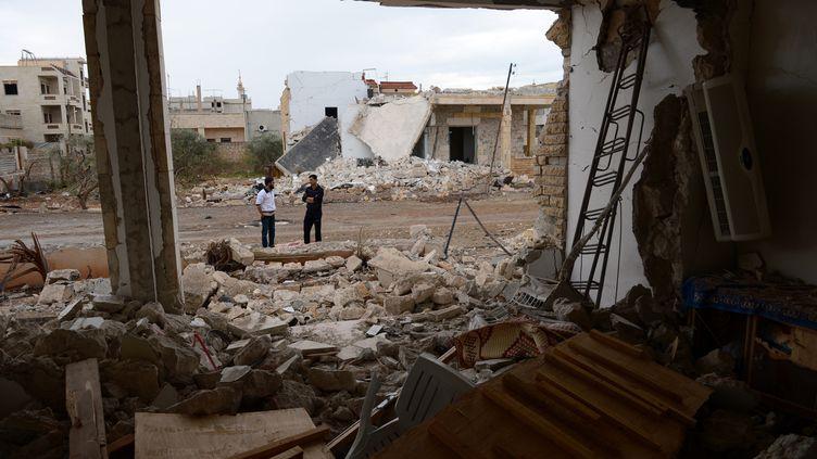 Des bâtiments détruits par des frappes du régime syrien dans la ville deSaraqeb, le 9 novembre 2012. (PHILIPPE DESMAZES / AFP)