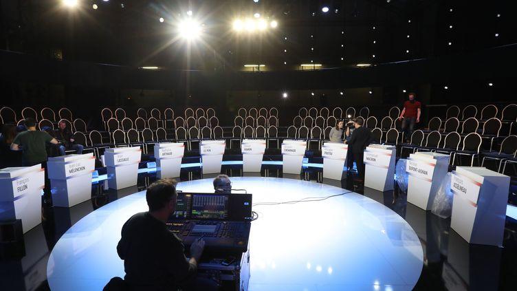 Derniers préparatifs pour le débat de la présidentielle organisé parBFMTV et CNews, à Paris, le 3 avril 2017. (MAXPPP)