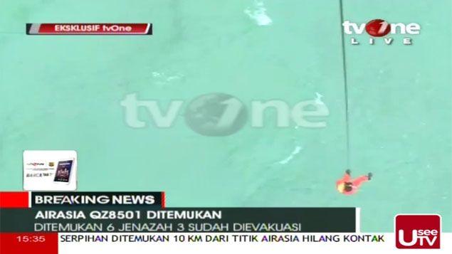 (Les secours repêchent les corps qui flottent en Mer de Java © Capture d'écran TVOne)