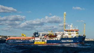 """Le bateau humanitaire """"Sea-Watch"""" près des côtes maltaises, le 22 décembre 2018. (FEDERICO SCOPPA / AFP)"""