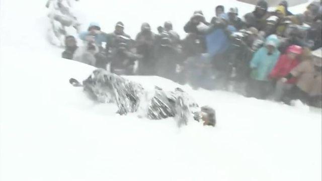Un jeune marié lancé sur la neige, une vieille tradition au Japon
