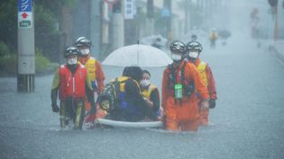 Les secours évacuent des habitants piégés par les inondations, le 14 août 2021 à Kurume (Japon). (TOSEI KISANUKI / YOMIURI)