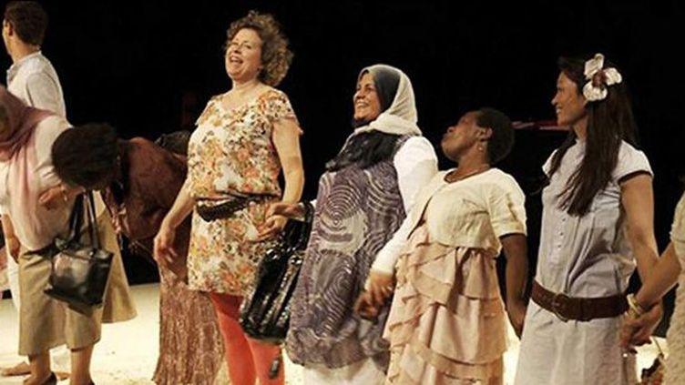 Comment devenir française ? Comment faire de ses enfants des citoyens français ? A l'occasion de la réunion de dix femmes autour de la création d'une pièce de théâtre écrite à partir de leurs témoignages, des éléments de réponse se font jour avec humour et émotion.  (NiZ ! )