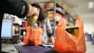 Des sacs plastiques distribués dans un supermarché, à Bordeaux, le 25 mars 2016. (MAXPPP)