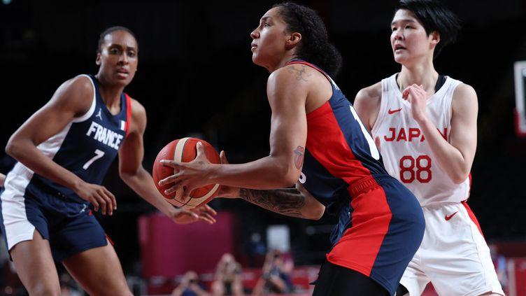 Les Françaises de Gabby Williams et Sandrine Gruda n'ont rien pu faire face aux Japonaises en demi-finale des Jeux olympiques contre le Japon, vendredi 6 août 2021. (THOMAS COEX / AFP)