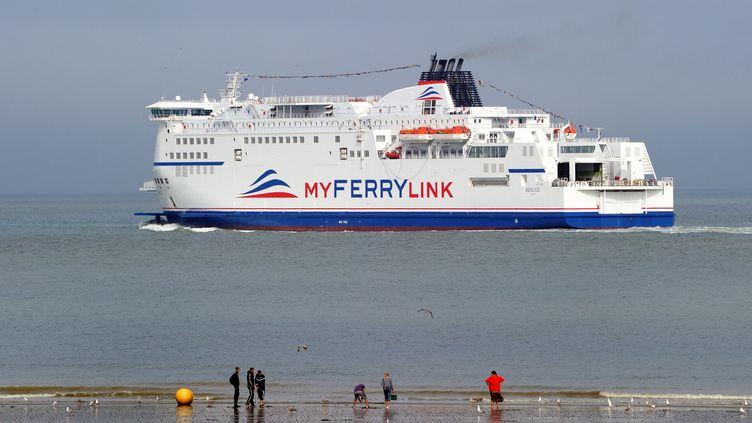 """Le """"Berlioz"""", l'un des trois navires rachetés par Eurotunnel après la liquidation de SeaFrance et loués à la compagnie My ferry link, quitte le port de Calais (Pas-de-Calais) à destination de Douvres (Angleterre), le 20 août 2012. (PHILIPPE HUGUEN / AFP)"""