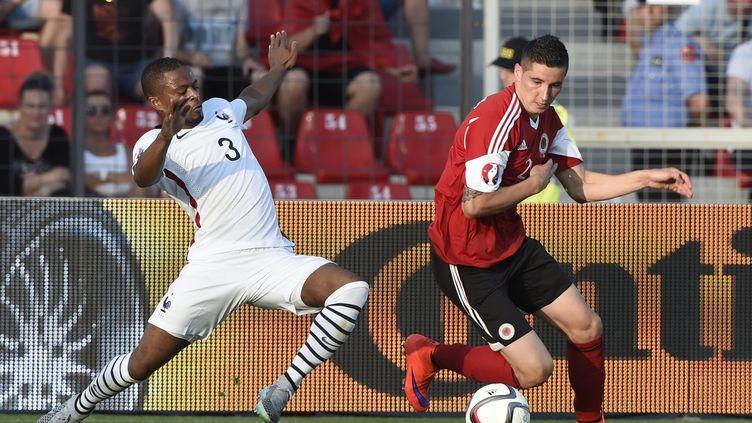 Patrice Evra au duel lors du match contre la France et l'Albanie (LOIC VENANCE / AFP)