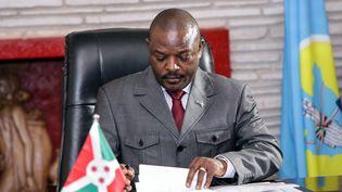 Le président du Burundi Pierre Nkurunziza signant la nouvelle Constitution, adoptée par référendum à Gitega, le 7 juin 2018. (STR / AFP)