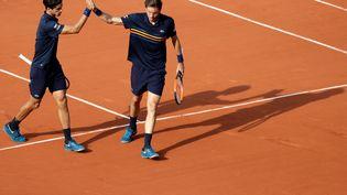 Les Français Pierre-Hugues Herbert et Nicolas Mahutlors de la finale du double messieurs à Roland-Garros, le 9 juin 2018. (THOMAS SAMSON / AFP)
