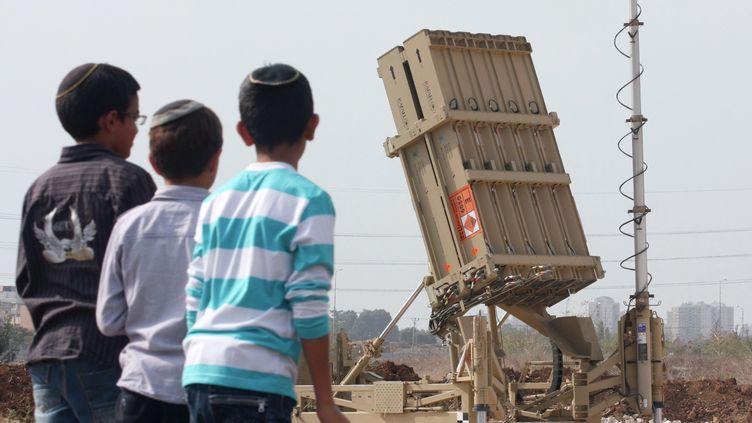 """Une batterie de l'""""Iron dome"""", le systèmeanti-missile israélien, à Tel Aviv (Israël) le 17 novembre 2012. (RONI SCHUTZER / AFP)"""