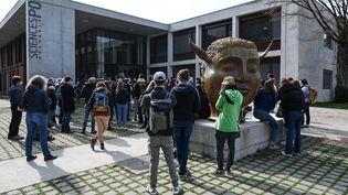 Des étudiants de Sciences Po Grenoblelors d'une manifestationcontre l'islamophobie devant le campus de l'Institut d'études politiques à Saint-Martin-d'Heres, près de Grenoble, le 9 mars 2021. (PHILIPPE DESMAZES / AFP)