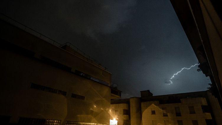 Un ciel orageux vu depuis Paris, le 12 août 2020. (NICHOLAS ORCHARD / HANS LUCAS / AFP)