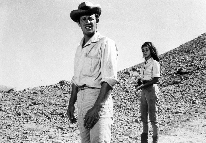 """Jean-Paul Belmondo avec Andrea Parisy dans """"Cent mille dollars au soleil"""" (Henri Verneuil, 1964) (LIMOT / COLLECTION CHRISTOPHEL VIA AFP)"""
